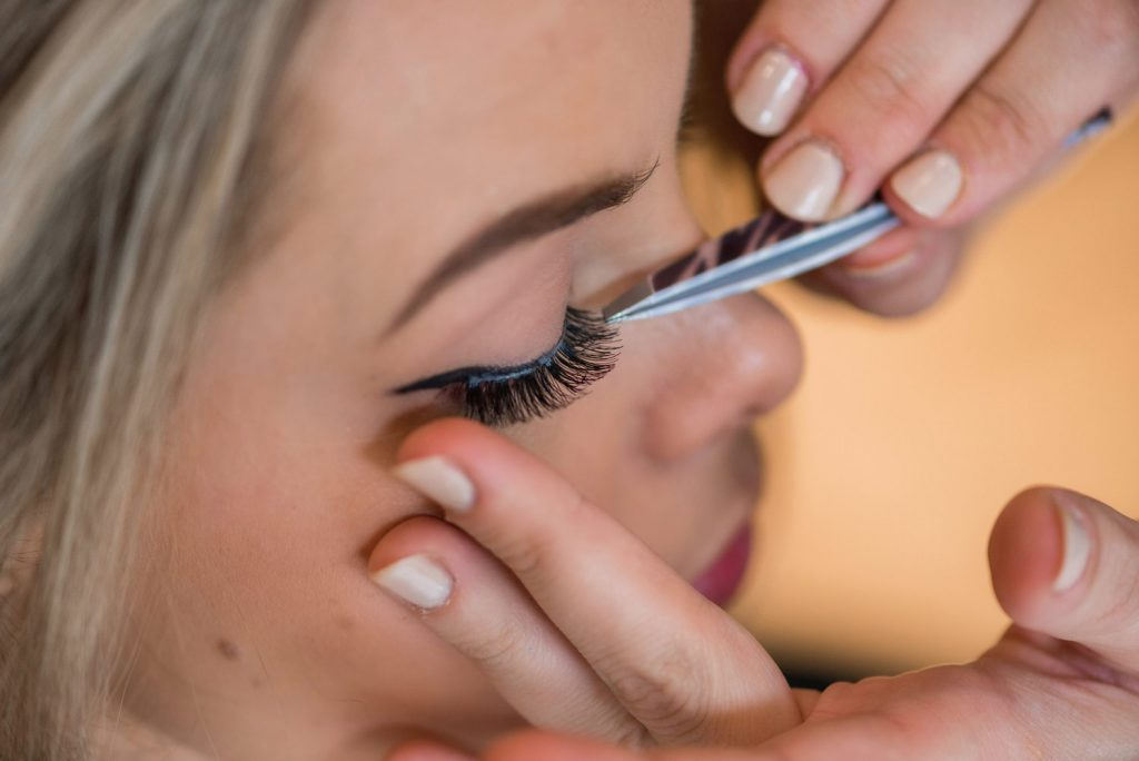 how to apply strip lashes